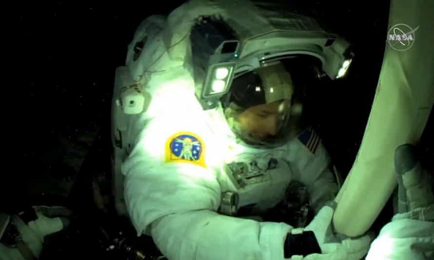 El astronauta estadounidense Shane Kimbrough se ve desde la cámara del casco del astronauta de la ESA Thomas Bisquet, atornillado, mientras abre y alinea el panel solar.