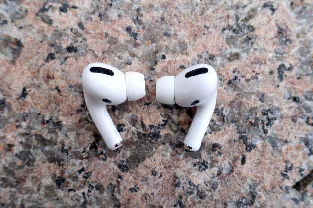 Los AirPods Pro de Apple siguen siendo unos auténticos auriculares inalámbricos con cancelación de ruido.