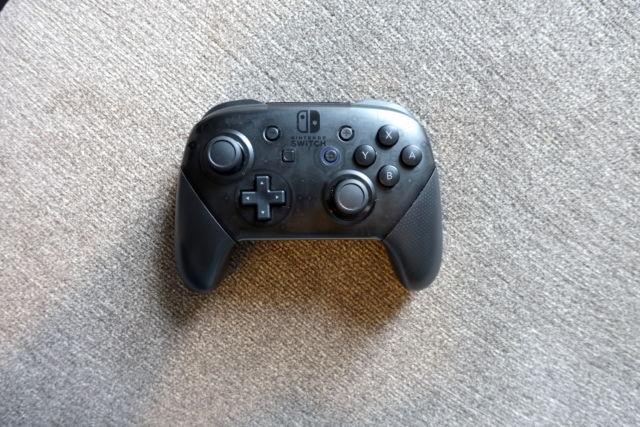 El mando Pro de Nintendo Switch es una forma más cómoda de jugar juegos de Switch en una pantalla más grande.
